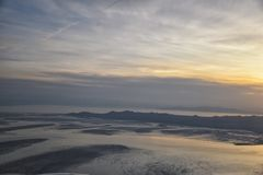 Вид с воздуха от самолета острова антилопы на заходе солнца, взгляде от больших винных бутылок, подметая cloudscape на восходе со стоковая фотография rf