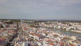 Вид с воздуха очаровывать Tavira с римским мостом, Алгарве, Португалией сток-видео