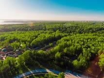 Вид с воздуха панорамы снял на деревне коттеджа в лесе, пригороде, деревне Стоковое Фото