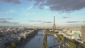 Вид с воздуха Парижа Статуя свободы и Эйфелева башня Съемки трутня сток-видео