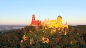 Вид с воздуха парка и национального дворца Pena, Португалии видеоматериал