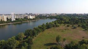 Вид с воздуха парка и озера сток-видео
