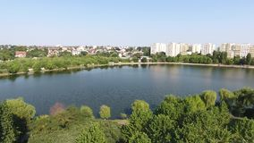 Вид с воздуха парка и озера акции видеоматериалы