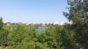 Вид с воздуха парка и озера видеоматериал