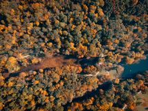 Вид с воздуха парка осени с озером стоковое фото rf