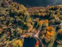 Вид с воздуха парка осени с озером стоковые фото