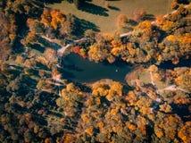 Вид с воздуха парка осени с озером стоковые изображения
