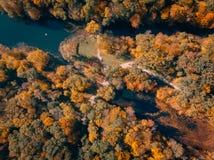 Вид с воздуха парка осени с озером стоковая фотография rf