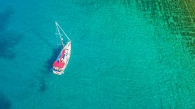 Вид с воздуха парусника ставя на якорь на коралловом рифе Стоковая Фотография