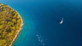 Вид с воздуха парусника ставя на якорь рядом с рифом Стоковые Изображения