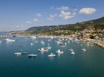 Вид с воздуха парусников и причаленных шлюпок Шлюпки причалили в порте Марины Vibo, набережной, пристани Стоковое Фото