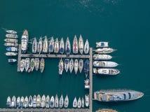 Вид с воздуха парусников и причаленных шлюпок Шлюпки причалили в порте Марины Vibo, набережной, пристани Стоковое фото RF