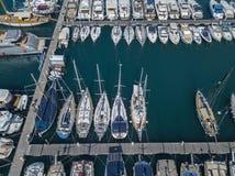 Вид с воздуха парусников и причаленных шлюпок Шлюпки причалили в порте Марины Vibo, набережной, пристани Стоковые Изображения RF
