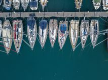 Вид с воздуха парусников и причаленных шлюпок Шлюпки причалили в порте Марины Vibo, набережной, пристани Стоковое Изображение RF
