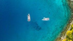Вид с воздуха 2 парусников ставя на якорь рядом с рифом Стоковая Фотография