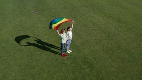 Вид с воздуха пар lgbt держа флаг радуги сток-видео