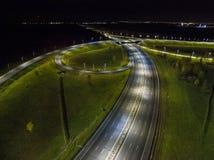 Вид с воздуха пересечения движения вне города на ноче Стоковая Фотография RF