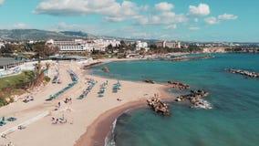 Вид с воздуха песчаного пляжа Трутень снятый туристского пляжа Трутень летает через береговую линию с голубой морской водой Турис видеоматериал