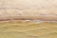Вид с воздуха пляжа с волнами стоковое изображение