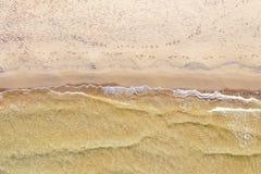 Вид с воздуха пляжа с волнами стоковое изображение rf