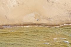 Вид с воздуха пляжа с волнами стоковые фотографии rf