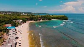 Вид с воздуха пляжа и скалы акции видеоматериалы