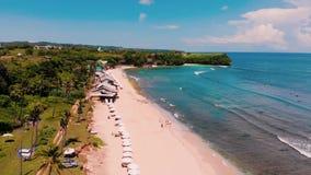 Вид с воздуха пляжа и скалы сток-видео