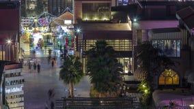 Вид с воздуха пляжа и туристов идя в JBR с timelapse ночи небоскребов в Дубай, ОАЭ видеоматериал