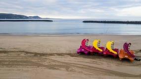 Вид с воздуха пляжа с никто в раннем утре прежде чем туристы придут песок и чистое место для людей в каникулах стоковое фото rf