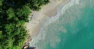 Вид с воздуха пляжа песка Закрепляя петлей текстура океана, море взгляда сверху замедленное движение волн, летающ над тропическим видеоматериал