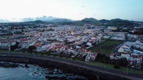 Вид с воздуха побережья Ponta Delgada на twilight острове San Miguel, Азорских островах сток-видео
