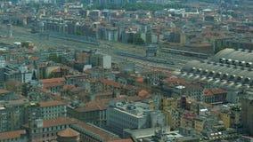 Вид с воздуха поезда причаливая и входя в центральному вокзалу Милана сток-видео