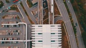 Вид с воздуха поезда LRT приезжая на станцию сток-видео