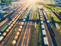Вид с воздуха поездов груза перевозки железнодорожный вокзал Стоковое фото RF