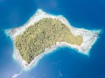 Вид с воздуха покрытого Джунгл острова в радже Ampat Стоковое Изображение RF