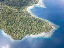Вид с воздуха покрытых Джунгл острова и рифа в радже Ampat Стоковое Изображение