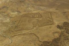 Вид с воздуха пола пустыни в южном районе Израиля принятом от Masada Clifftop на мглистый день стоковая фотография