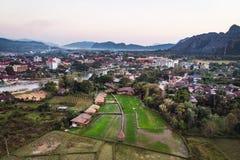 Вид с воздуха полей и горных пород фермы в Vang Vieng, Лаосе Vang Vieng популярное назначение для туризма приключения внутри стоковые фото