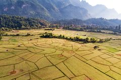 Вид с воздуха полей и горных пород фермы в Vang Vieng, Лаосе Vang Vieng популярное назначение для туризма приключения внутри стоковые изображения rf