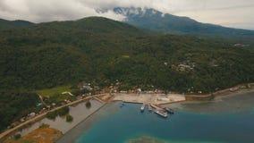 Вид с воздуха порта пассажирского парома моря Остров Camiguin, Филиппиныы видеоматериал