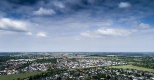 Вид с воздуха пригорода с разделенными домами, полу-разделенное hous стоковое изображение