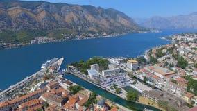Вид с воздуха пристани Kotor, городка и гор, Boka Kotorska, Черногории 2 акции видеоматериалы