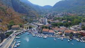 Вид с воздуха пристани Kotor и гор, Boka Kotorska, Черногории сток-видео