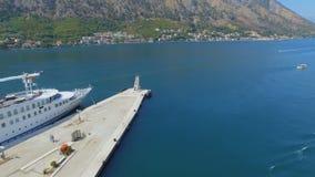 Вид с воздуха пристани Kotor и гор, Boka Kotorska, Черногории акции видеоматериалы