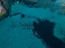 Вид с воздуха причаленной шлюпки плавая на прозрачное море Корсика Франция Стоковое Фото