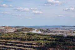 Вид с воздуха промышленный карьера открытой разработки с сериями машинного оборудования на wo стоковое изображение rf