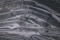 Вид с воздуха промышленный карьера открытой разработки с сериями машинного оборудования на работе - взгляде сверху стоковая фотография