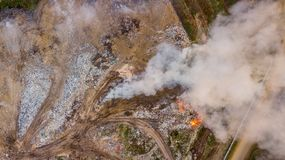 Вид с воздуха противозаконного места захоронения отходов в загрязнении окружающей среды леса на корме стоковая фотография rf