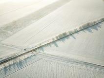 Вид с воздуха пустой дороги со снегом стоковое изображение
