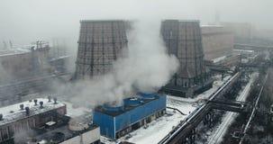 Вид с воздуха - работая стояки водяного охлаждения на заводе с паром приходя вне акции видеоматериалы